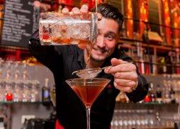 Bartender Rob doing his magic at Jopenkerk Hoofddorp