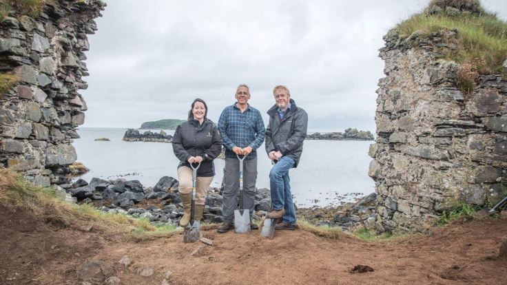 l-r-georgie-crawford-professor-steve-mithen-and-dr-nick-morgan-at-the-excavation-of-dunyvaig-castle-min